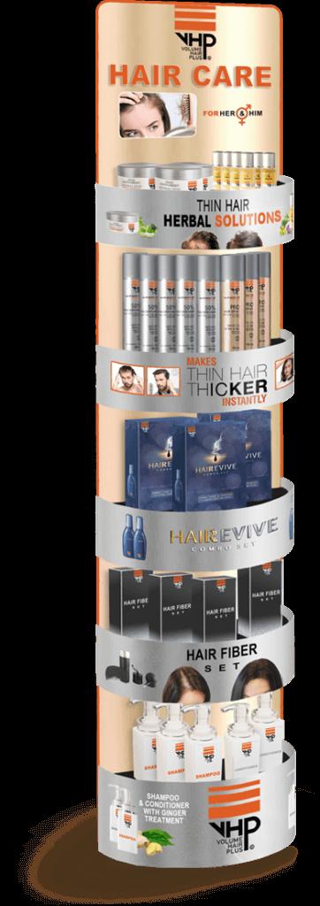 Zoals op de foto zichtbaar in de display, biedt Volume Hair Plus een complete serie haarproducten aan. Stuk voor stuk oplossingen voor haarproblemen zoals kaalheid, haaruitval en dun haar. De producten range varieert van voedingssupplementen met werking van binnenuit, als dun haar camouflerende producten voor dikker haar