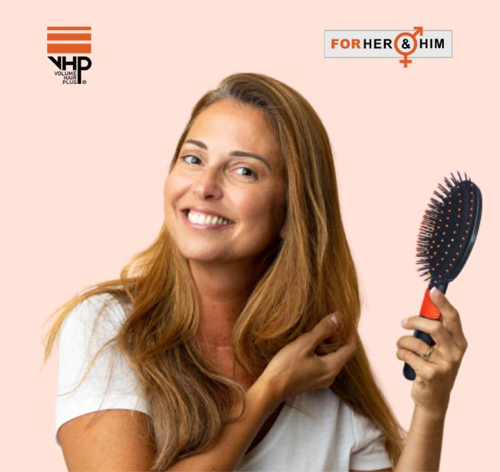 Happy na gebruik van FiberFix Hair building fibers voor dikker haar en een VHP styling borstel uit onze accessoires in haar hand