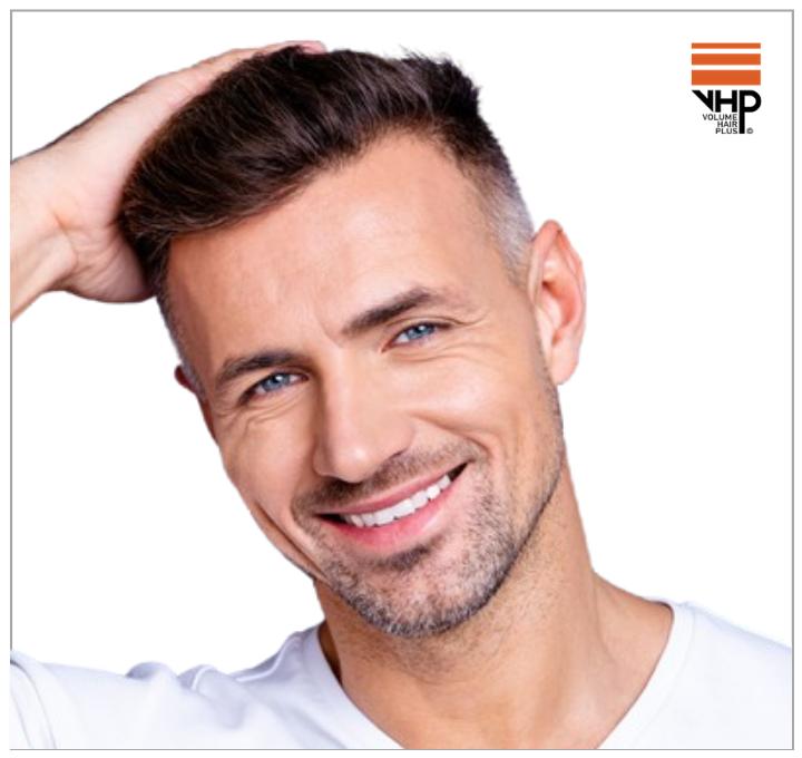 Een man van middelbare leeftijd die erg happy is met zijn haar na regelmatig gebruik van VHP HairCare